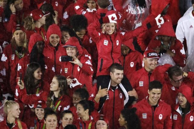 Les athlètes de l'équipe canadienne ont fait leur... (AP, Charlie Riedel)