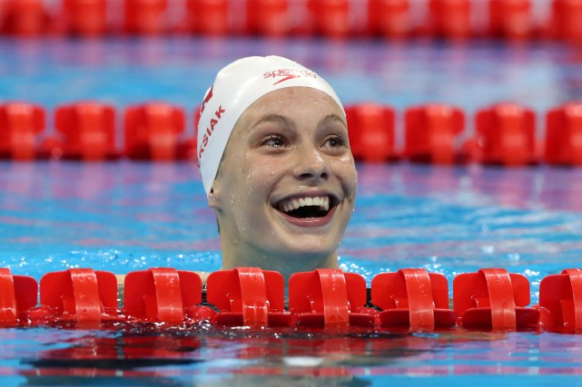 La jeune nageuse canadienne Penny Oleksiak a remporté... (AP, Lee Jin-man)