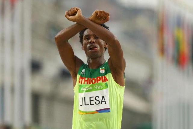 Lorsqu'il a franchi la ligne d'arrivée, Feyisa Lilesa... (PhotoAthit Perawongmetha, Reuters)