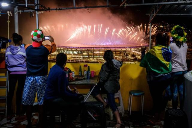 Une famille de la favela Mangueira regarde les... (Photo Yasuyoshi Chiba, Agence France-Presse)