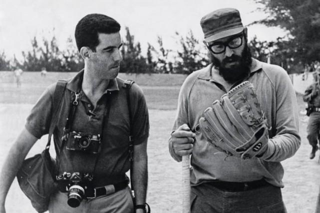 Le photographe Lee Lockwood en compagnie de Fidel... (Photo tirée du livre Le Cuba de Castro,éditions Taschen)