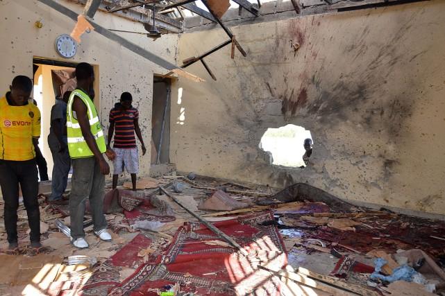 Des gens observent les dommages faits à une... (Photo Jossy Ola, archives AP)