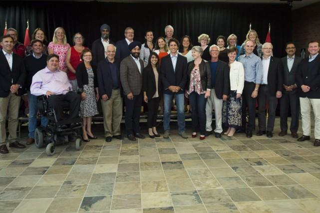 Justin Trudeau entouré de ses ministres.... (Photo Nathan Denette, La Presse Canadienne)
