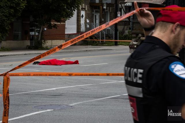 L'accident est survenu au coin du boulevard Rosemont... (Photo Olivier Pontbriand, La Presse)