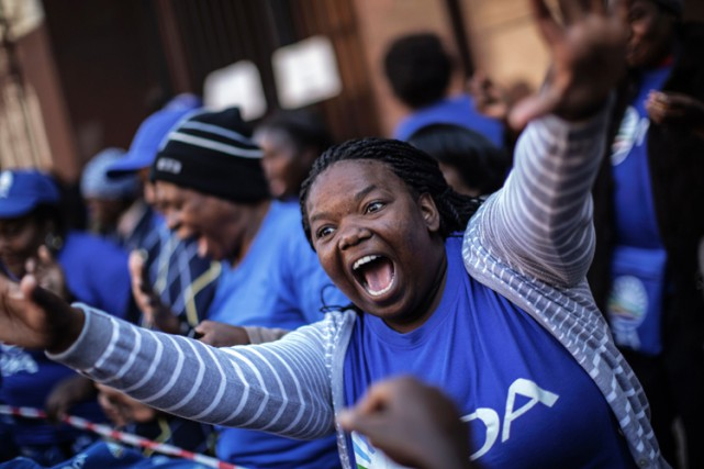 Une partisane de l'Alliance Démocratique célèbre les résultats... (ARCHIVES AFP)
