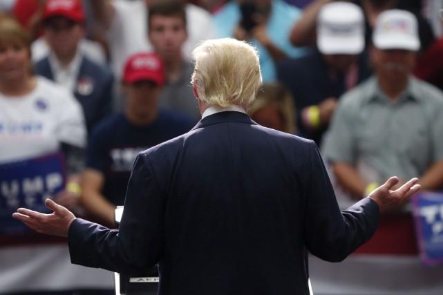 Donald Trump était en campagne, lundi, à Akron... (AP, Gerald Herbert)