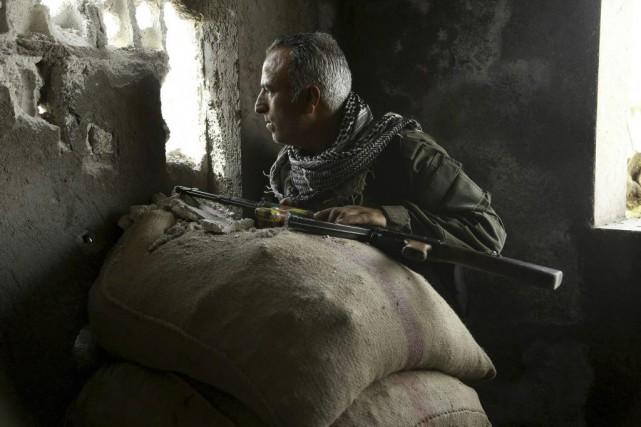 Un policier kurde.... (PHOTO DELIL SOULEIMAN, AGENCE FRANCE-PRESSE)