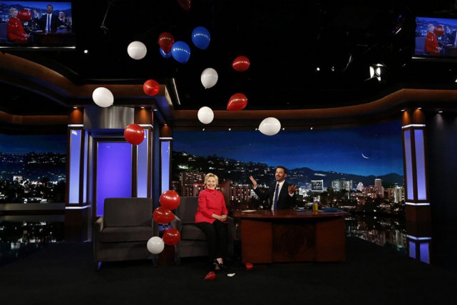Hillary Clinton et Jimmy Kimmel... (Photo Randy Holmes, ABC VIA AP)