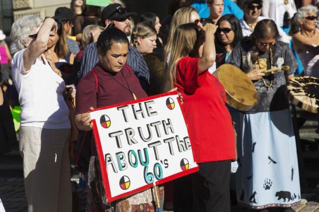 Mardi matin, des dizaines d'Autochtones provenant d'un peu... (Photo Michelle Siu, La Presse Canadienne)