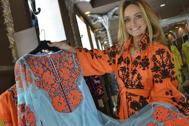 La designerukrainienne Ioulia Magdytch montre une«vyshyvanka» de sa... (PHOTO AFP)