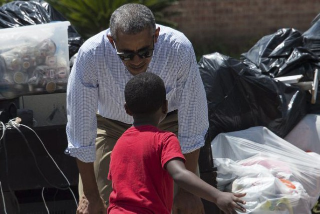 Barack Obama et un petit sinistré de 6... (Photo Nicholas Kamm, Agence France-Presse)