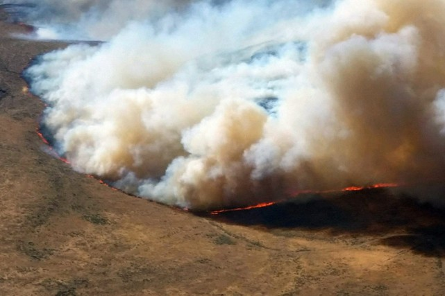 Sur l'ensemble du pays, 18 000 pompiers sont... (PHOTO AP)