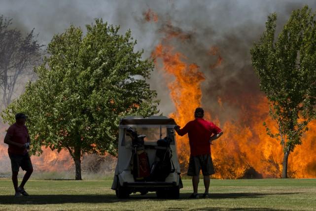 Ces golfeurs ont assisté à tout un spectacle... (AP, Greg Lehman)