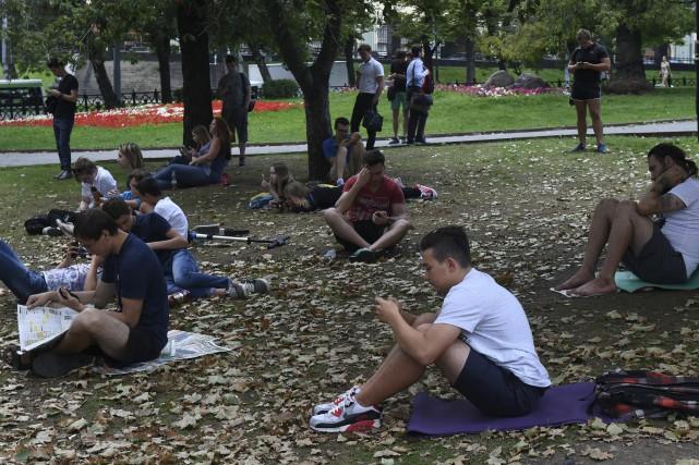 Non, ces Moscovites ne jouent pas à Pokémon... (AFP, Vasily Maximov)