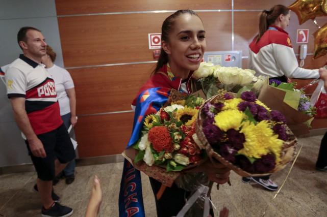 Les athlètes russes rentrés à Moscou ont été... (AP, Ivan Sekretarev)