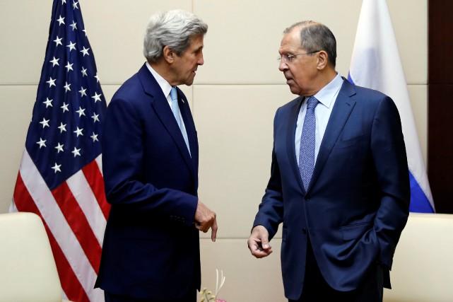 Le secrétaire d'État américain John Kerry et homologue... (REUTERS)