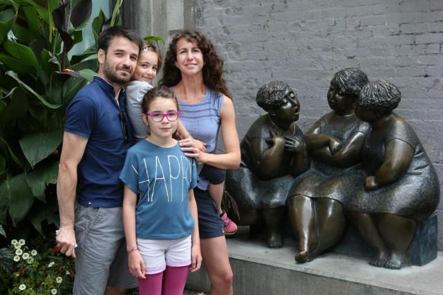 Julie et Emmanuel Blancher avec leurs deux filles,... (Photo Robert Skinner, La Presse)