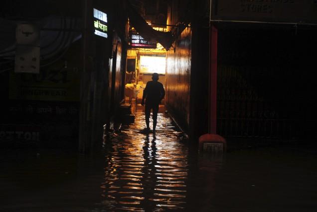 Un piéton marche dans une rue inondée deVaranasi... (AFP)