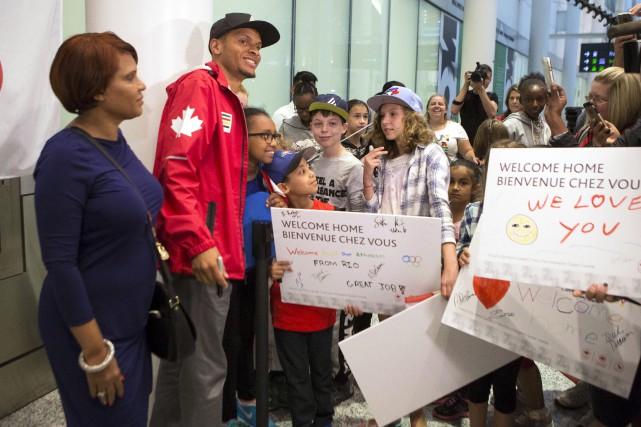 Andre De Grasse a signé des autographes à... (La Presse canadienne, Chris Young)