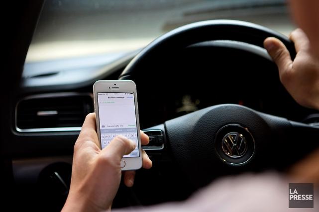 Tout automobiliste qui tient un cellulaire en main... (PHOTO OLIVIER JEAN, ARCHIVES LA PRESSE)