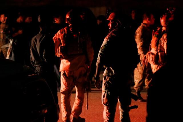 Des dizaines de soldats ont rapidement encerclé le... (PHOTO REUTERS)