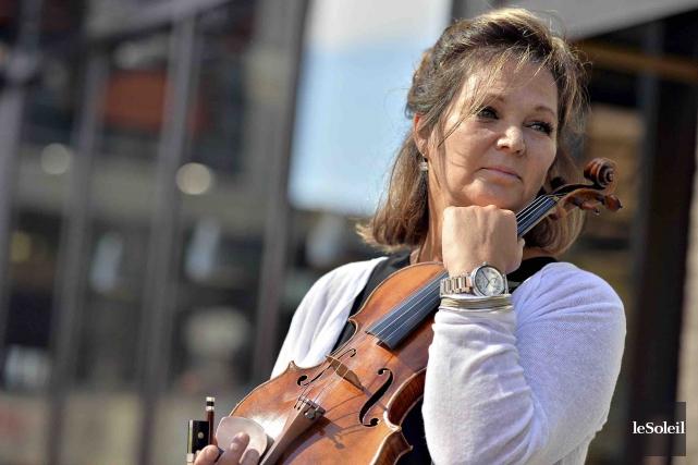 La violoniste Roxanne Del a transporté une dizaine... (Le Soleil, Patrice Laroche)