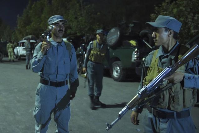 Des dizaines de soldats ont rapidement encerclé le... (AFP, Wakil Kohsar)