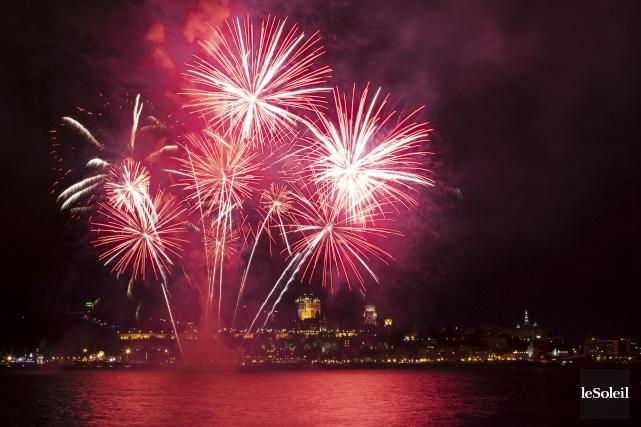 Les feux d'artifice étaient propulsés d'une barge flottante... (Photothèque Le Soleil, Caroline Grégoire)
