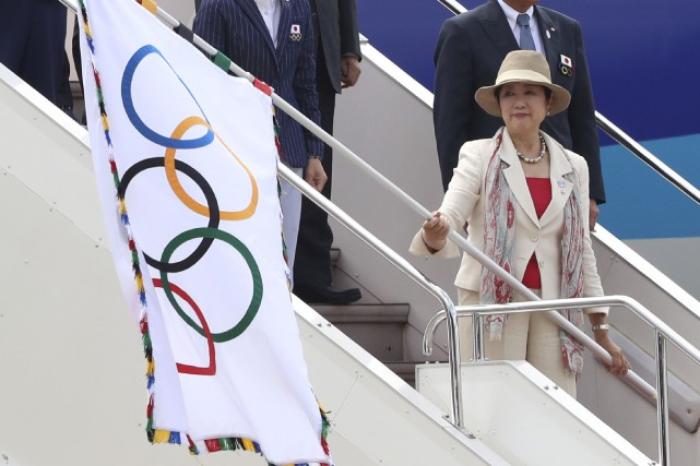 La gouverneure de Tokyo Yuriko Koike brandit le... (AP, Eugene Hoshiko)