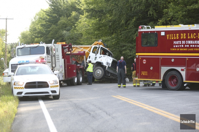 Le camion s'est renversé sur le côté conducteur... (Julie Catudal, La Voix de l'Est)