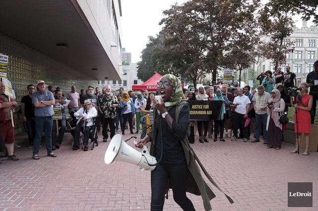 Près de 200 manifestants se sont rassemblés devant... (Etienne Ranger, LeDroit)