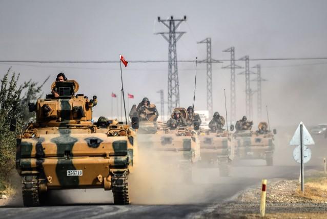 Dix chars, dix véhicules blindés de transport de... (AFP)