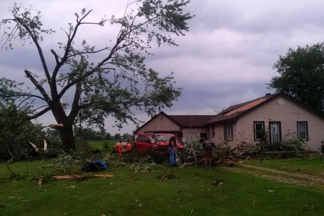 Un homme inspecte les dommages laissés par le... (Photo LaSalle Police Service, Twitter via PC)