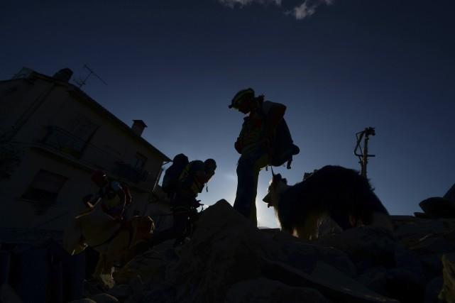 Les équipes de sauvetage cherchent des victimes toujours... (AFP, Filipo Monteforte)