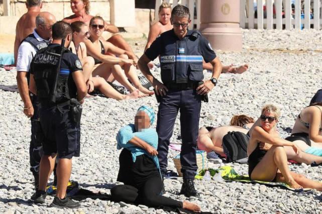 Des photos montrant une femme portant un foulard... (PHOTO VANTAGENEWS.COM)