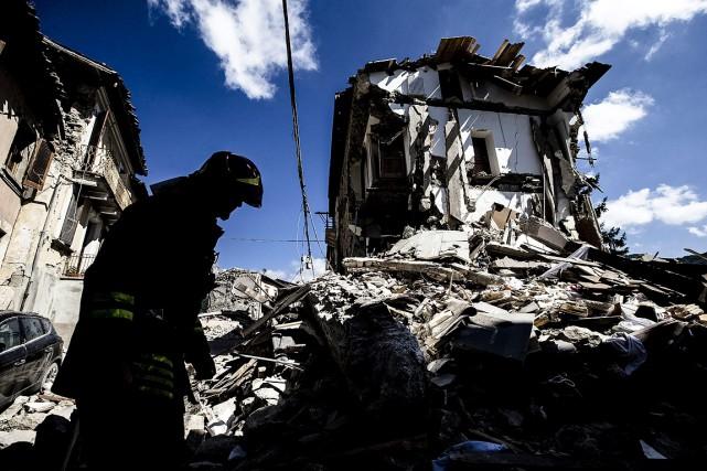 Un pompier inspecte une maison à Arquata, dans... (Photo Angelo Carconi, ANSA via AP)