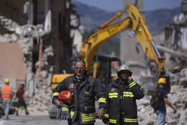 Les secouristes tentent de retrouver des victimes dans... (AFP)