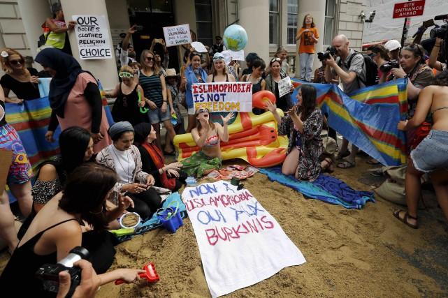 Vêtues de bikini ou de burkinis, une cinquantaine... (AP, Frank Augstein)