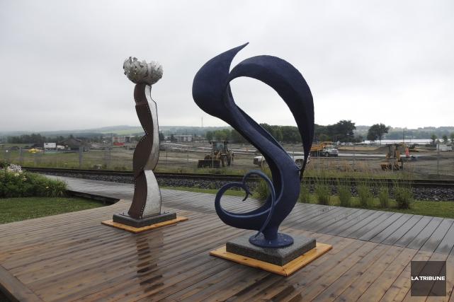 Deux sculptures monumentales ont été installées le long... (La Tribune, Ronald Martel)