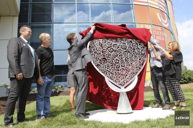 Une nouvelle sculpture a été dévoilé devant le... (Patrick Woodbury, LeDroit)