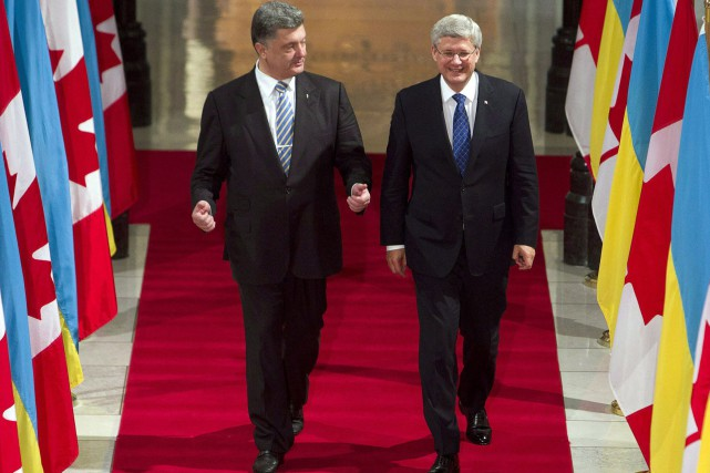 Stephen Harper, alors premier ministre, en compagnie du... (Photo Fred Chartrand, PC)