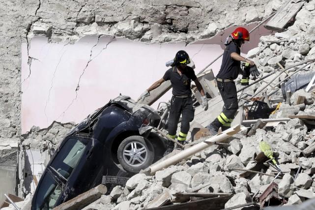 Les secouristes tentent de se frayer un chemin... (AP, Gregorio Borgia)