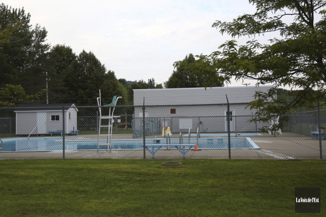 La piscine municipale extérieure sera rénovée.... (Julie Catudal, La Voix de l'Est)