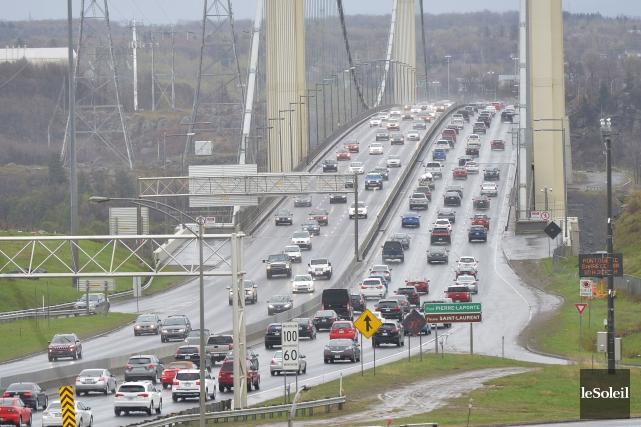 Congestion routière à l'entrée du pont Pierre-Laporte... (Photothèque Le Soleil, Yan Doublet)