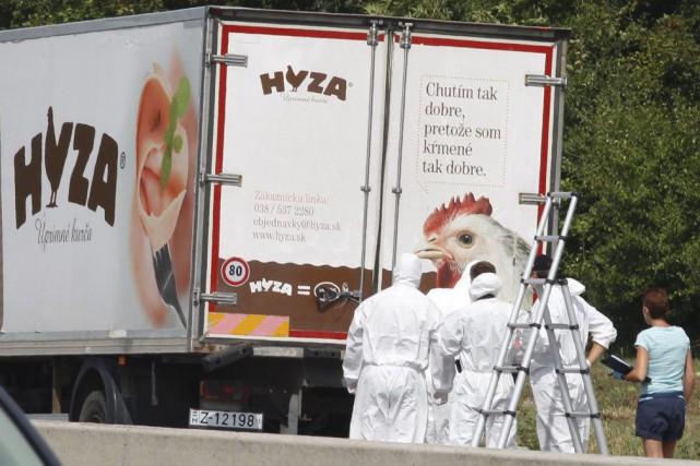 Le 27août 2015, les policiers autrichiens contrôlant un... (photo DIETER NAGL, archives afp)