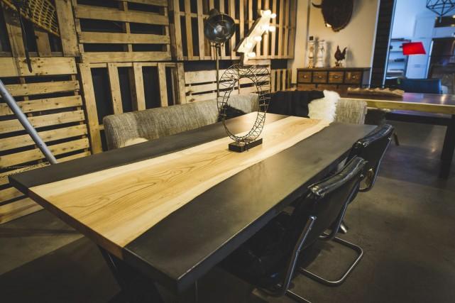Table béton noir et bois à L'Usine (à... (Fournie par L'Usine)