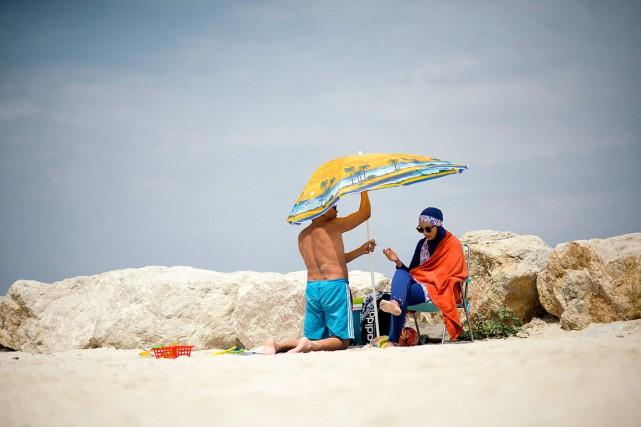 Une femme en burkini se repose à Marseille.... (Photo Dmitry Kostyukov, The New York Times)