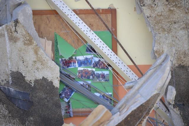 Sur un mur d'une école dévastée, les photos... (AFP, Andreas Solaro)