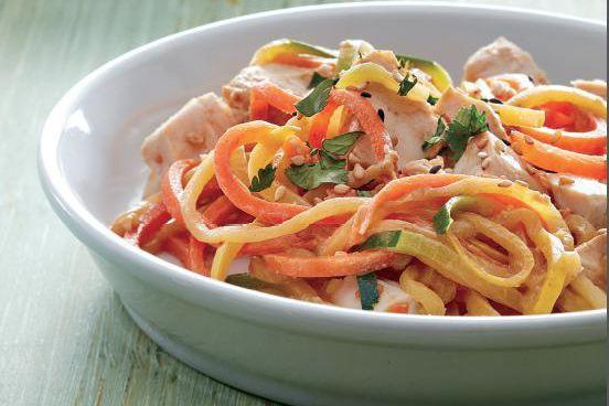 Poulet et nouilles de légumes, sauce aux arachides... (Photo tirée de Cuisiner avec le coupe-spirale)