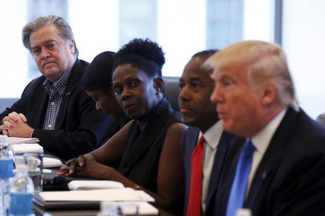 Steve Bannon (à l'extrême gauche) avait été inculpé... (PHOTO CARLO ALLEGRI, REUTERS)